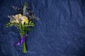 Blumen und Geschenkpapier blau — Stockfoto