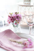 粉红色的花朵,在桌子上 — 图库照片