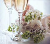 Champagne and a beautiful bouquet — Stock Photo