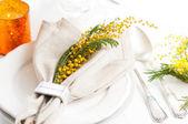 Impostazione del tavolo da pranzo festivo primavera — Foto Stock