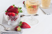 Jordgubbar och vin — Stockfoto