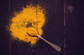 Spilled curry powder and spoon — Foto de Stock