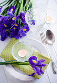 Table setting with purple iris flowers — Stockfoto