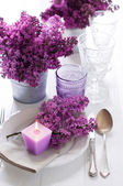 table setting with lilac flowers — Stockfoto
