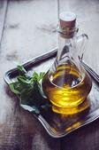 Azeite de oliva em uma garrafa vintage — Fotografia Stock