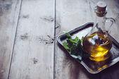 Olivenöl in eine alte flasche — Stockfoto