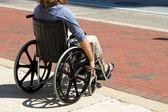 Homme blessé en fauteuil roulant — Photo