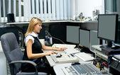 Director de tv en el editor — Foto de Stock