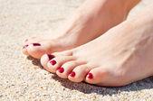 Womans stóp na piasku — Zdjęcie stockowe