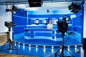 Presentadora de televisión en estudio de tv — Foto de Stock
