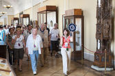 Tourists on guided tour in Hermitage — Stock Photo