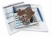 Hypotheek aanvraagformulier met een rekenmachine en huis. — Stockfoto