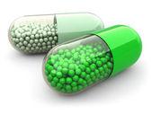 Groene pillen en drugs op witte geïsoleerde achtergrond. medische conc — Stockfoto