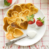 Heart shaped pancakes with fresh strawberries — 图库照片