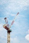 строительный кран против пасмурное небо — Стоковое фото