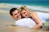 Happy young couple on tropical sands — Stock Photo
