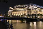 在晚上新加坡浮尔顿酒店 — 图库照片