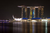 SINGAPORE - SEPT 9: Marina Bay Sands at night on Sept 8, 2012 in Singapore. It is an integrated resort. It is the world's most expensive standalone casino property at SGD8 billion — Foto de Stock