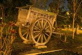 Antika trä vagn i en park — Stockfoto
