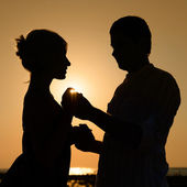 Sillhouette of loving couple at sunset — Stock Photo