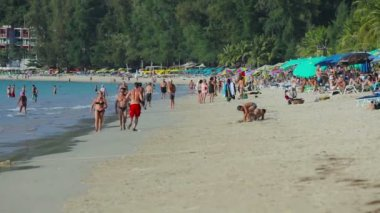 Crowded Patong beach with tourists, Phuket, Thailand — Stock Video