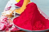 Kazık ve hint renkli boya höyükleri — Stok fotoğraf