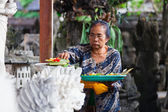 Woman with balinese traditional offerings to gods — Stock Photo