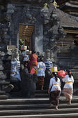 Women with offers for ceremony in Goa Lawah Bat Cave temple, Bal — Stock Photo