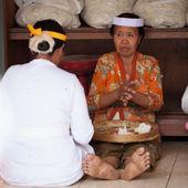 Las mujeres balinesas son dulces para las ofrendas — Foto de Stock