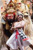 巴龙和克里斯舞蹈执行,巴厘岛印度尼西亚 — 图库照片