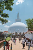 Pilgrims near white sacred stupa, Anuradhapura, Sri Lanka — Stock Photo