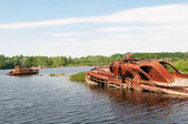 Abandonaron la nave naufragada en un río — Foto de Stock