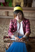 Long-necked Kayan Lahwi woman weave on traditional device — Stock Photo