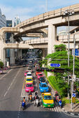 Multilevel Bangkok with traffic on street and SkyTrain tracks — Stock Photo