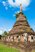 Elephants statues on ruins of Buddhist temple. — Stock Photo