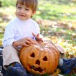 Little boy with halloween pumpkins — Stock Photo #13927012