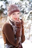 Garota inverno aquecendo-se ao ar livre — Foto Stock