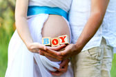Close-up of the belly of a pregnant woman and of her husband hol — Foto Stock