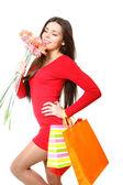 Glad ung flicka med kassar och en bukett av gerbers på — Stockfoto