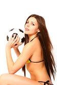 Молодая женщина позирует с футбольный мяч на белом фоне — Стоковое фото