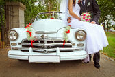 Wedding couple with wedding car — Photo