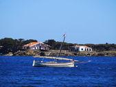 Costa brava, Katalonya, İspanya üzerinde tekne — Stok fotoğraf