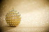Bola de navidad sobre fondo de destellos — Foto de Stock