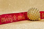 Bola de navidad con cinta roja — Foto de Stock
