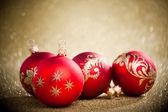 圣诞球与金黄背景 — 图库照片
