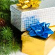 Foto Stock: Branch of Christmas tree with gift boxes