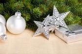 お祭りのボールとのクリスマスの装飾 — ストック写真