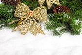 Rama del árbol de navidad con arco — Foto de Stock