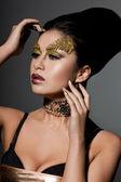 Elegante modieuze vrouw met kunst visage — Stockfoto