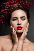 Mulher com coroa de azevinho europeu — Foto Stock